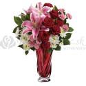 Kytica zo slaboružových  ľalií a červených ruží