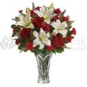 Kytica z bielych ľalií a červených ruží