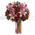 Kytica z ružových ľalií a červených ruží